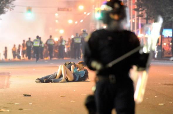 Vancouver-riot-kiss-couple